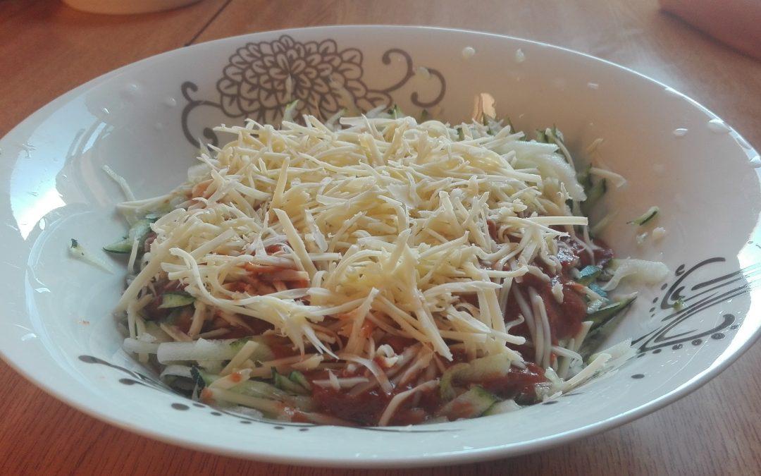 Espagueti de calabacín y salsa de tomate receta crudivegana